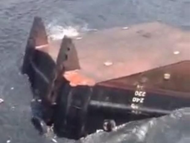 Rebocador naufraga na entrada do porto de Niterói, RJ (Foto: Reprodução/Internet)