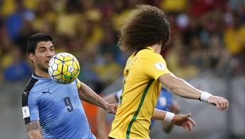 Douglas Costa abre placar, Renato Augusto faz golaço, mas Cavani e Suárez empatam (Reuters)