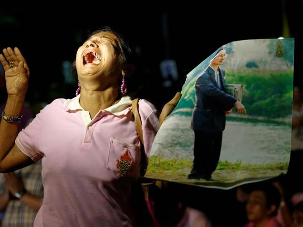 Mulher chora em desespero após o anúncio da morte do rei da Tailândia, Bhumibol Adulyadej, no hospital Siriraj em Bangkok, onde ele estava internado (Foto: Chaiwat Subprasom/Reuters)