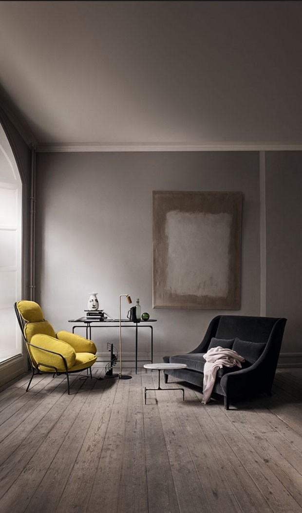 Décor do dia: o amarelo se destaca em uma sala de tons sóbrios