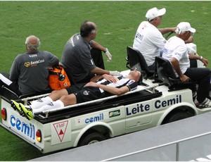 Réver sai de campo no carro-maca (Foto: Léo Simonini / Globoesporte.com)