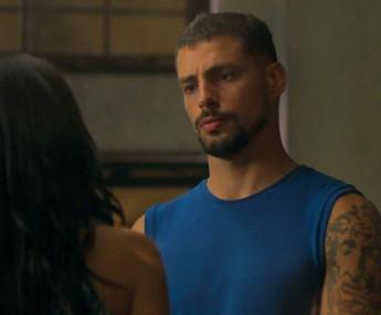 Juliano ouve questionamentos de Tóia sobre ter escondido os encontros com seu pai (Foto: TV Globo)