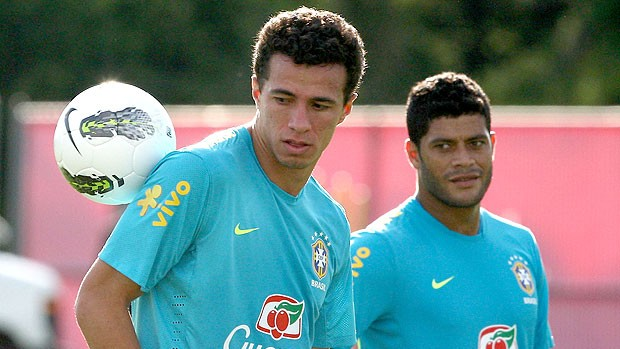 Leandro Dami&#227;o e Hulk no treino da sele&#231;&#227;o brasileira (Foto: Mowa Press)