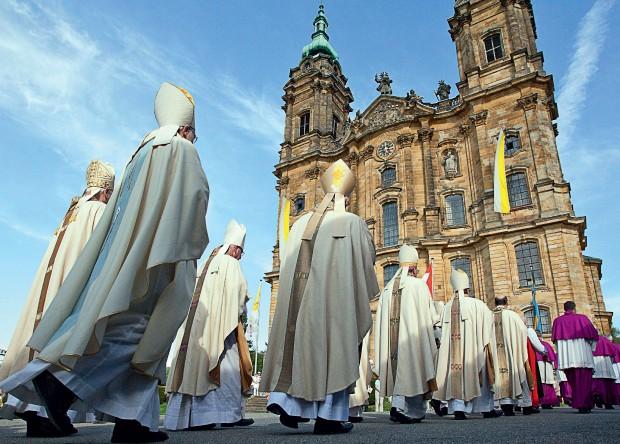 TODO-PODEROSOS Bispos em procissão rumo  à Basílica dos Catorze Santos Auxiliares, em Bad Staffelstein, na Bavária, no ano passado. Os alemães podem definir o novo papa (Foto: Daniel Karmann/EPA)