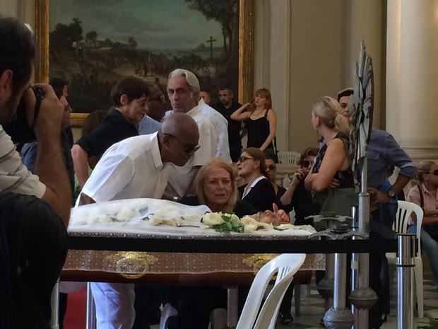 Antônio Pitanga consola Anita, mulher de Miele (Foto: Priscila Bessa / EGO)
