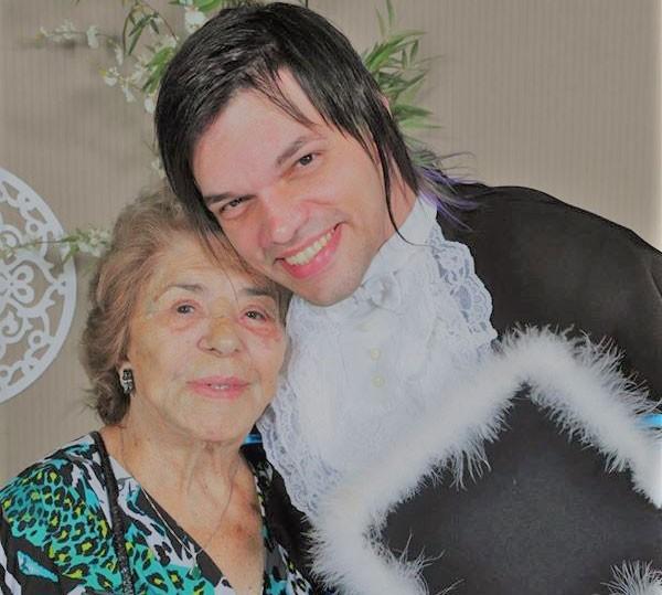Michelle com a avó antes de dar início à transição (Foto: Arquivo pessoal)
