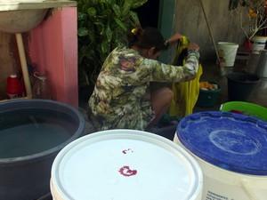 Moradores de Ipueira, no Seridó potiguar, também armazenam água em baldes para lavar roupa (Foto: Anderson Barbosa/G1)