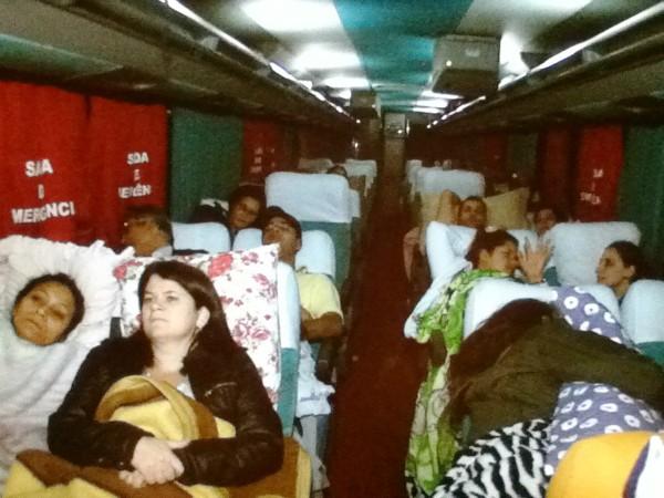 Ônibus que leva a São Paulo comerciantes é escoltado (Foto: Reprodução/RBS TV)