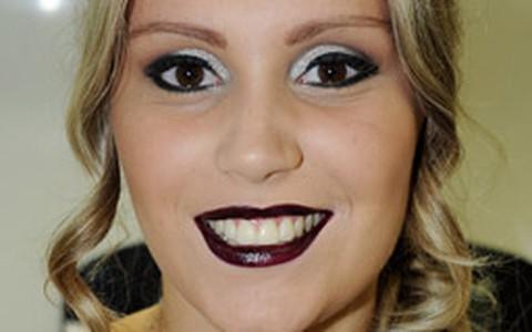 Maquiagem de Halloween: passo-a-passo de look com batom roxo