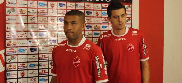 Osmar (à esquerda) e Thiago Viana (à direita) são apresentados no Vila Nova (Foto: Fernando Vasconcelos / Globoesporte.com)