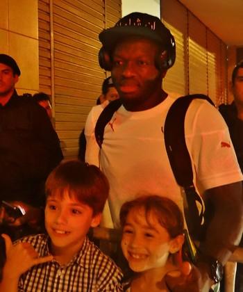 Muntari recebeu fãs mirins no retorno ao hotel em Maceió (Foto: Henrique Pereira/ GloboEsporte.com)