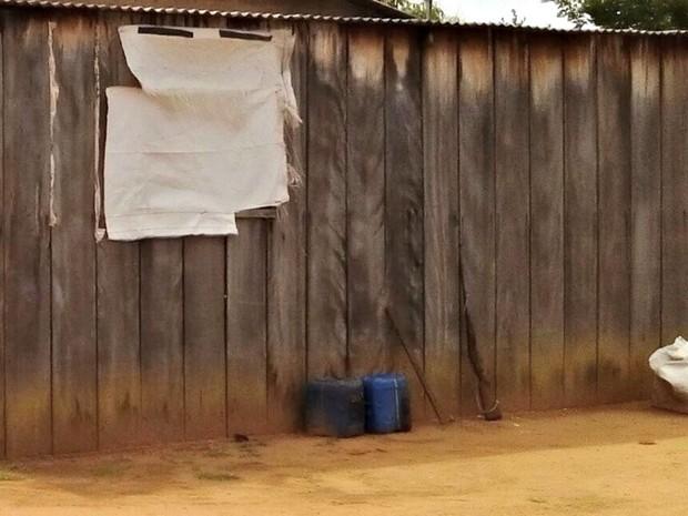 Alojamentos eram feitos de madeira e terra batida em fazenda de Tapurah (Foto: Divulgação/Polícia Federal)
