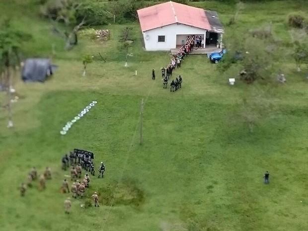 Imagem aérea mostra momento em que grupo que ocupava terreno se rendeu em Florianópolis (Foto: Polícia Militar/Divulgação)