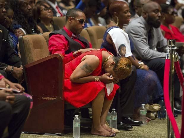 Mãe de Michael Brown chora durante cerimônia de funeral do filho nesta segunda-feira (25) (Foto: REUTERS/Richard Perry/Pool)