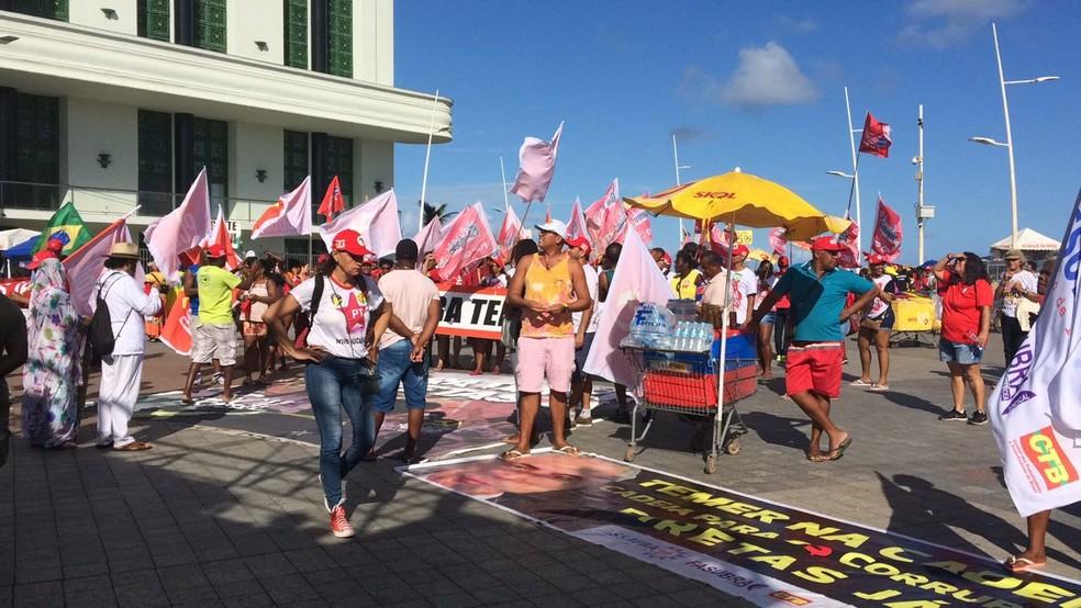 Entidades civis, sindicatos e integrantes de partidos políticos participam do ato (Foto: Maiana Belo/G1 Bahia)