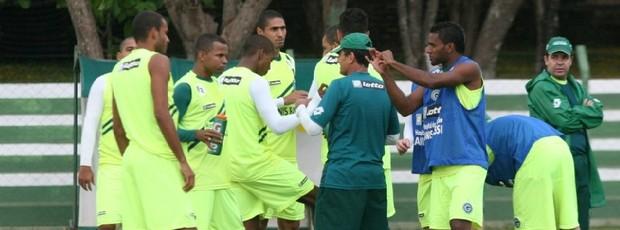f52604eb6c Enderson Moreira orienta jogadores em treino do Goiás (Foto  Rosiron  Rodrigues Goiás E.C
