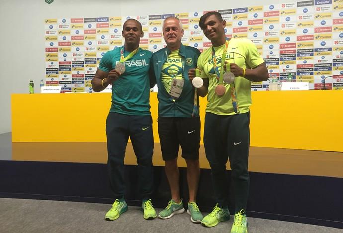 Jesús Morlán entre Erlon de Souza e Isaquias com as medalhas (Foto: Gabriel Fricke)