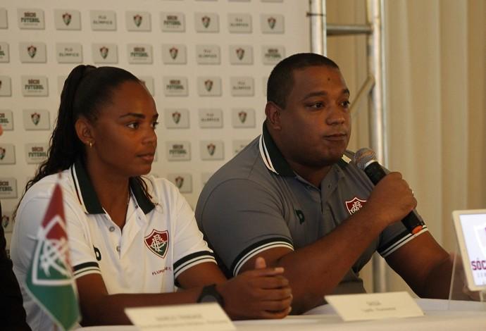 Sassá ao lado do técnico Hylmer Dias na apresentação do elenco tricolor (Foto: Mailson Santana/ Fluminense)