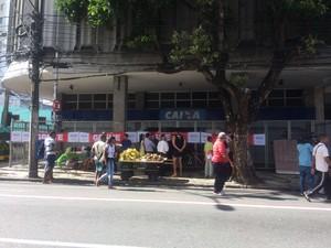 Caixa Econômica Federal com faixas de greve na Avenida Sete, em Salvador (Foto: Natally Acioli/G1)
