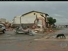 Vendaval derruba postes, vira carros e arranca árvores em Taquarituba, SP