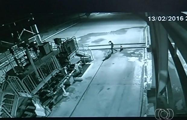 Câmera de segurança flagrou momento de um dos furtos em usina, diz polícia, Goiás (Foto: Reprodução/TV Anhanguera)