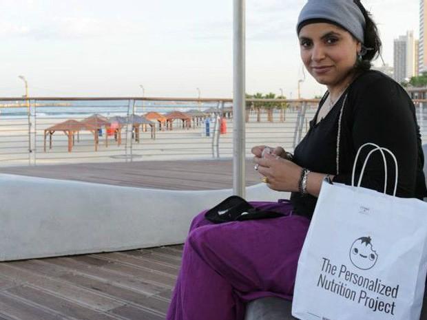 Médica Saleyha Ashan teve nível de açúcar no sangue monitorado por uma semana  (Foto: BBC)