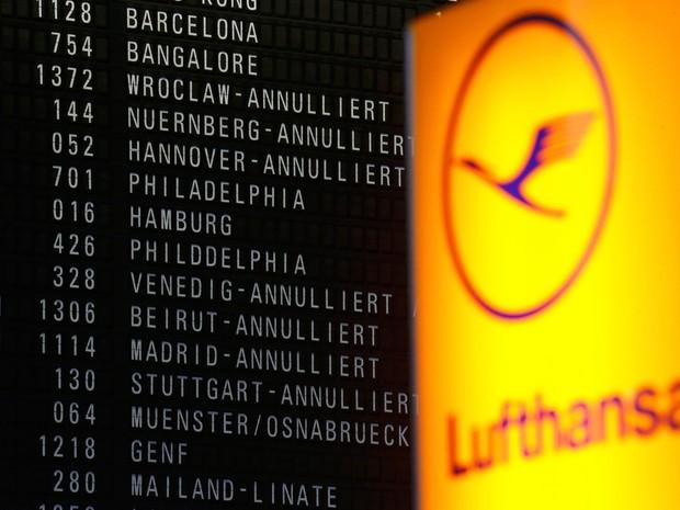 Painel mostra voos da Lufthansa cancelados no aeroporto de Frankfurt (Foto: Kai Pfaffenbach/Reuters)