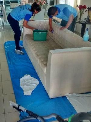 Utilize produtos neutros para remover manchas, diminuindo as chances de estragar o sofá (Foto: Divulgação)