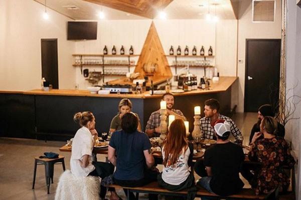 Jensen reúne amigos e familiares na cervejaria (Foto: Reprodução/Instagram)