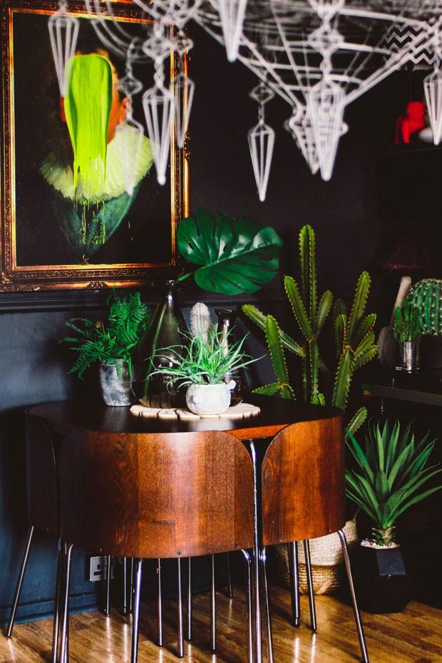 Paredes escuras destacam objetos coloridos em apartamento irreverente (Foto: Pati Robins/ Divulgação)