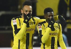 Aubameyang e Dembele tapam o rosto e riem na comemoração do gol do Borussia Dortmund (Foto: AP Photo/Martin Meissner)
