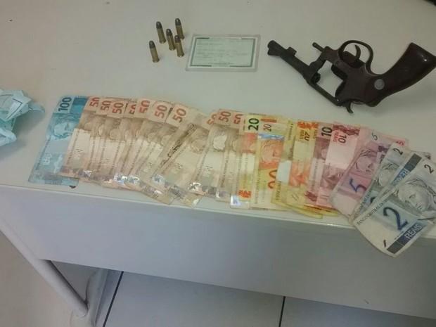 Com fugitivo a polícia apreendeu uma arma de fogo, droga e dinheiro (Foto: Denner Rocha/ Polícia Civil)