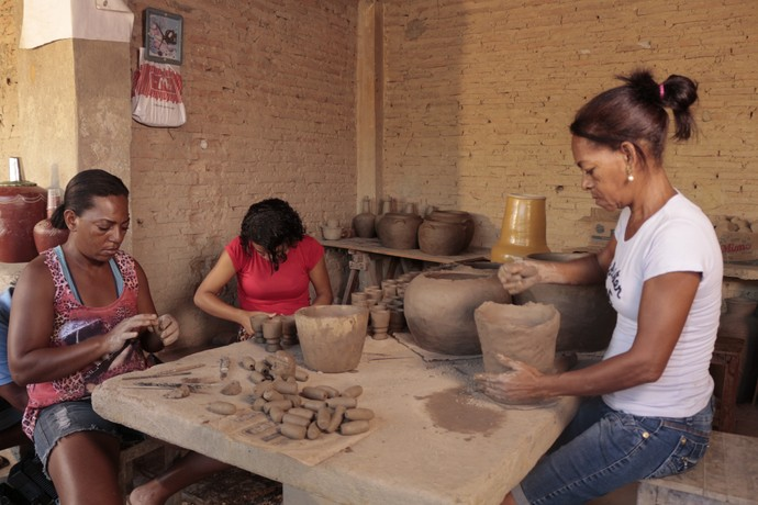 Mulheres de Barra produzem peças de cerâmica com barro retirado do rio (Foto: TV Bahia)