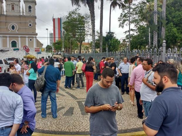 Prédios foram evacuados após tremor  (Foto: João Cunha/G1)