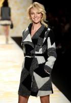 Sorridente, Candice Swanepoel participa de desfile em Nova York