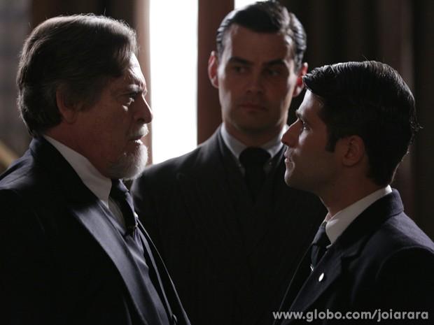 Franz ameaça desaparecer da vida de Ernest caso ele mantenha ação pela guarda de Pérola (Foto: Fábio Rocha/TV Globo)