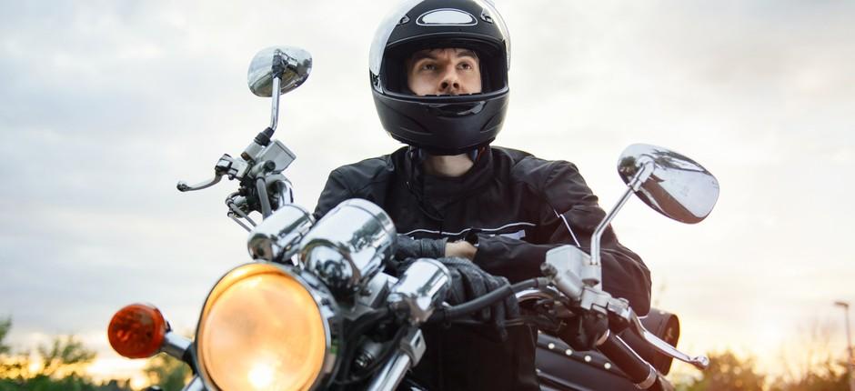 Motociclista com equipamentos de segurança (Foto: Thinkstock)