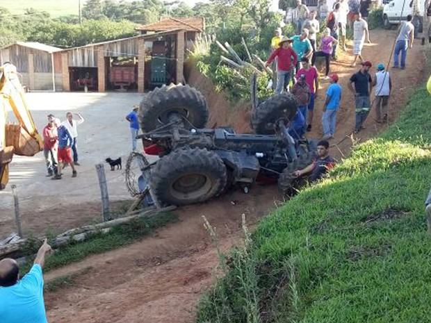 Casal chegava em casa, na zona rural de Monte Belo, MG, quando trator tombou nesta segunda-feira (26) (Foto: Polícia Militar)
