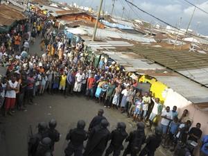 Forças de segurança se posicionam em frente a manifestantes após confrontos na favela West Point, em Monróvia, na Libéria, na quarta-feira (20) (Foto: Reuters/2Tango)