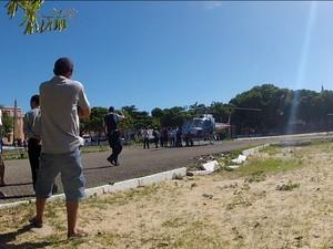 Empresário Josá Carlos Pontes é levao ao hospital em Fortaleza (Foto: TV Verdes Mares/Reprodução)