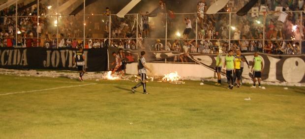 Sinalizadores em Auto Esporte x Botafogo-PB coloca torcida em risco (Foto: Richardson Gray / Globoesporte.com/pb)