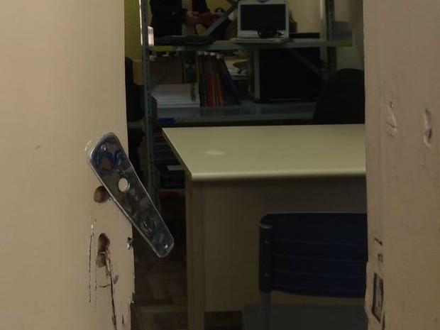 Sala de Supervisão e Orientação foi uma das arrombadas (Foto: Bernardo Bortolotto/RBS TV)