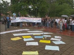 Professores fazem greve em Piraju (Foto: Reprodução/ TV TEM)