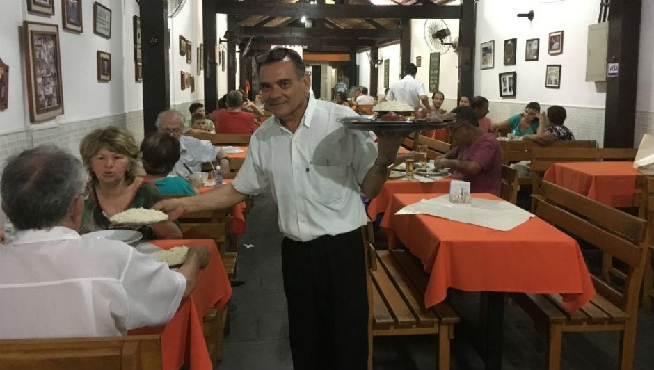 Zé Mario, com 29 anos de casa, serve churrasco numa mesa: abre e fecha do Steak House mobiliza boêmios de Niterói  (Foto: Ludmilla de Lima / Agência O Globo)