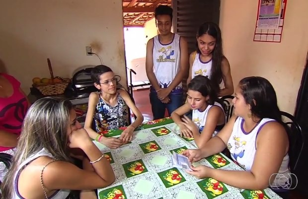 Alunos entregam dinheiro a Ana Luisa em Goiás (Foto: Reprodução/ TV Anhanguera)