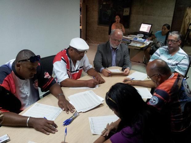Comissão de carnaval faz apuração do grupo de acesso de Santos (Foto: Mariane Rossi / G1)
