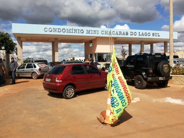 Portaria do condomínio Mini Chácaras no Lago Sul, onde operação derrubou construções irregulares nesta sexta (7) (Foto: Isabella Formiga/G1)