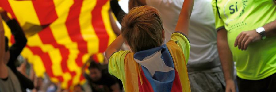 """Uma criança com uma """"estelada""""  a bandeira da Catalunha independente (Foto:  Francisco Seco/AP)"""