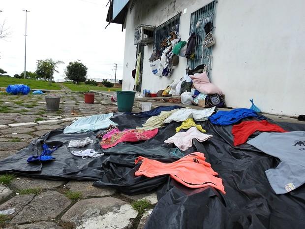 Objetos pessoais de grupo venezuelano abrigado em rodoviária na capital (Foto: Indiara Bessa/G1 AM)