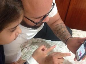 O pai Thiago Almeida aproveita a hora de almoço no trabalho para jogar com a filha Maria Eduarda (Foto: Renata Santana/Arquivo Pessoal)